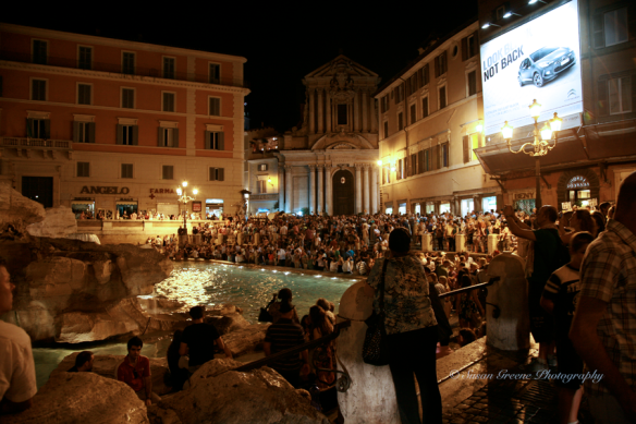 trevi fountain crowd iso